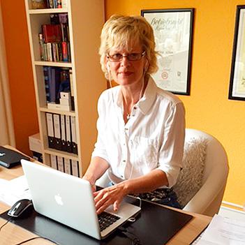 Bettina Schmidt am Schreibtisch