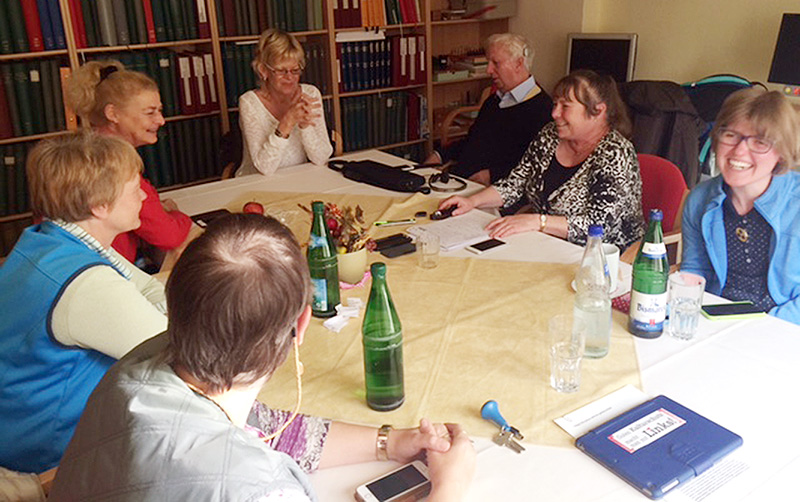 iPhone-Schulungsgruppe in Boltenhagen im Schulungsraum beim entspannten Unterricht